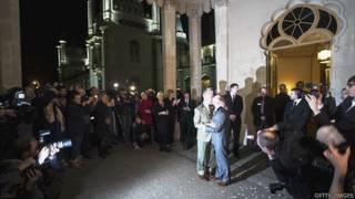 """被称为""""英国同性恋首都""""的布莱顿也在子夜后举行了首场同性婚礼。"""