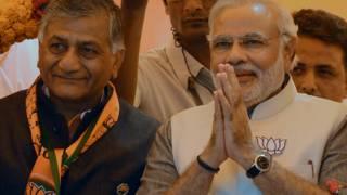 प्रधानमंत्री नरेंद्र सिंह के साथ वीके सिंह