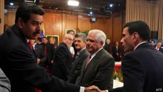 Nicolás Maduro (izq.) estrecha la mano de Henrique Capriles
