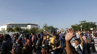 Trabalhadores do Parque Olímpico em greve, em foto de 8 de abril (Reuters)