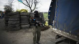 Hombre armado pro ruso cerca de Sloviansk