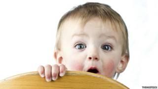 Bebé jugando a escondidas