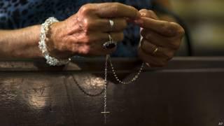 Mujer rezando