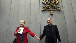 Marie Collins y Federico Lombardi, portavoz del Vaticano