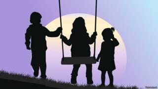 Silueta de niños con fondo de luna