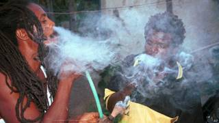 Dos rastafari fuman ganja