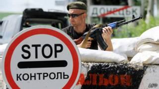 Militante prorruso custodia un puesto de control