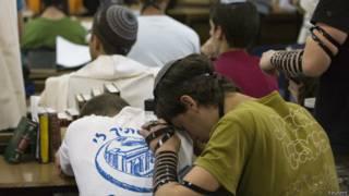 Jovens seminaristas rezam por colegas desaparecidos (foto: Reuters)