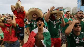 Mexicanos festejan en Brasil el triunfo de su selección. Foto: Getty