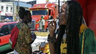 Jamaiquina fumando marihuana