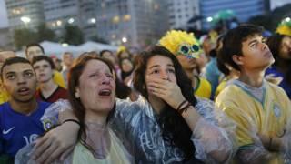 Hinchas brasileños tristes