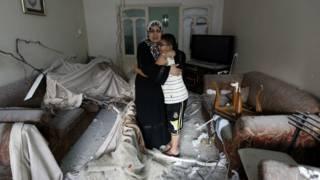 Mujer abraza a su hijo tras bombardeo israelí