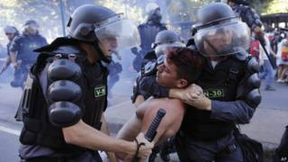 Polícia reprime protesto no Rio | Crédito: AP