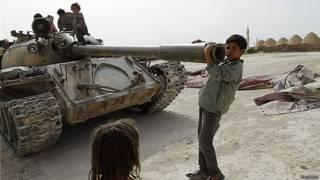 Niños juegan con un tanque en Siria