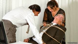 Empleados amarran a su jefe a una silla