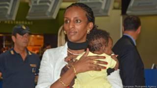 Meriam Ibrahim con su hija en el aeropuerto de Roma