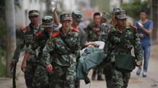 Equipos de rescate en China