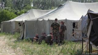 Украинские военнослужащие во временном палаточном лагере в Гуково, Ростовская область