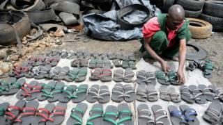 Sandalias hechas con neumáticos usados