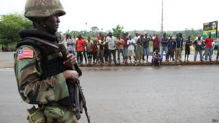 Militar cuida área infectada con Ébola en Liberia.