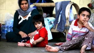 Una mujer de la minoría yazidí y sus dos hijos en la ciudad kurda de Dohuk.
