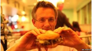 Michael Mosley comiendo hamburguesa