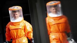 Paramédicos na Alemanha em treinamento para lidar com o ebola (Reuters)