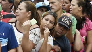 Venezolanos hacen cola