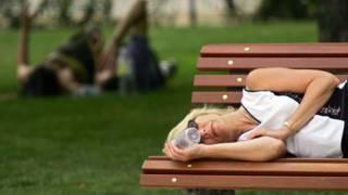 امرأة نائمة في حديقة