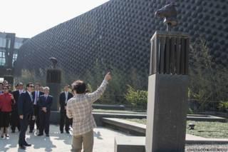 成龍在故宮南院開幕式上介紹他捐贈的「十二生肖獸首」(台灣國立故宮博物院提供28/12/2015)