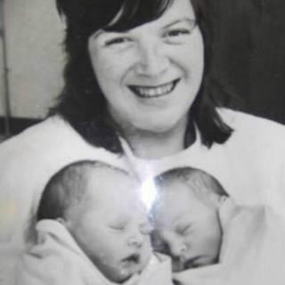 Carol Munroe con sus hijas