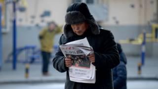 Un hombre en China lee el periódico