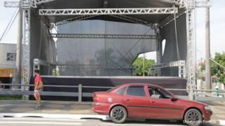 Un escenario callejero vacío en la ciudad brasileña de Paulínia, que canceló oficialmente el carnaval por la crisis económica.
