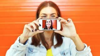 Una mujer se toma una foto a sí misma