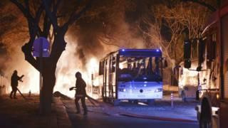 Bomberos intentan apagar el fuego provocado por la explosión.