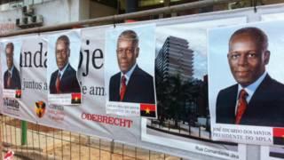 Propaganda eleitoral do presidente angolano sobre tapume da Odebrecht Foto: BBC