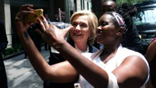 Hillary Clinton tomándose una selfie con una simpatizante