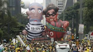 Muñecos inflables de la presidenta Dilma Rousseff y del exmandatario Lula da Silva circularon este domingo por las calles de Sao Paulo.
