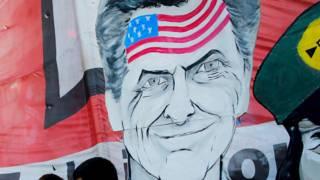 Mural con el rostro de Mauricio Macri con la bandera de EE.UU. en la frente