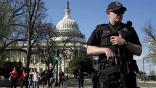 Un agente de policía frente al Capitolio
