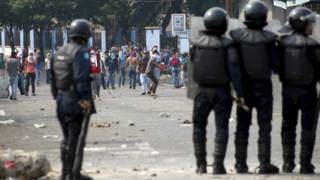 Policía ante manifestantes en San Cristobal