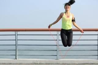 Tres rutinas para sacarle el máximo provecho al simple ejercicio de saltar la cuerda