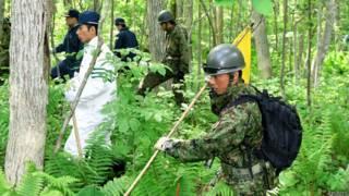 Soldados del ejército japonés buscan a niño perdido en el bosque