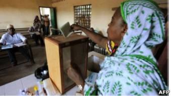 Une électrice comorienne pose son bulletin dans l'urne (photo d'archives)