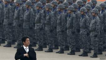 安倍晋三检阅日本空军(资料图片)