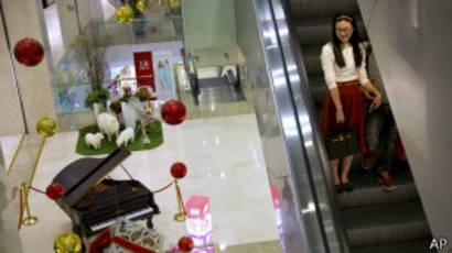 Una mujer baja por una escalera eléctrica en China