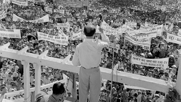 Mít tinh vận động ủng hộ việc phế truất vua Bảo Đại tại Sài Gòn năm 1955