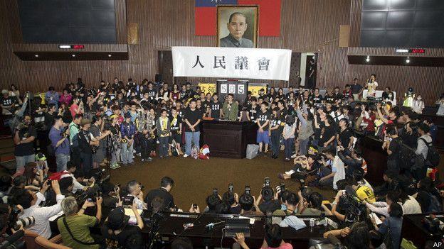 台灣太陽花運動佔領立法院總計585 個小時。林飛帆為圖片正中穿深綠外套者。