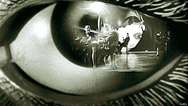 """La película de 1945 de Alfred Hitchcock """"Spellbound"""" (""""Cuéntame tu vida"""" en América Latina o """"Recuerda"""" en España) se centra en el psicoanálisis."""