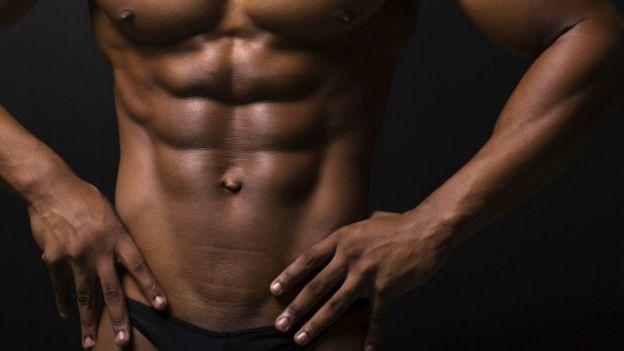 Una persona con el abdomen definido